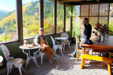 <p>Having a cup of coffee with Rogier and Chikako while enjoying the view</p>