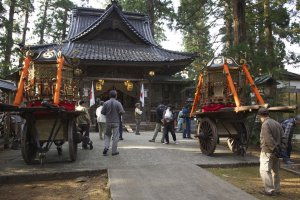 Le sanctuaire Jinmeigu. Moment très important avant le matsuri : une prêtresse va transporter symboliquement les divinités locales dans leurs temples portatifs (mikoshi)