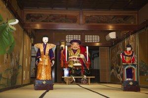 L'un des six dieux de la ville, exposé dans la maison de son hôte d'un soir