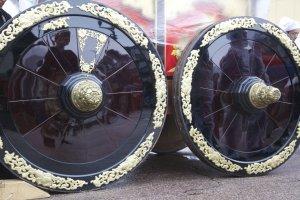 Les magnifiques roues des chars, sculptées et laquées