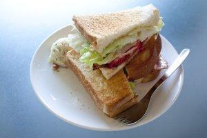 efish sandwich หนึ่งในเมนูอร่อยของร้านที่บอกกันปากต่อปาก