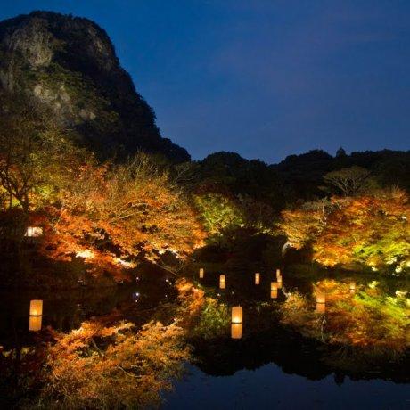 แสงไฟที่ภูเขามิฟุเนะในฤดูใบไม้ร่วง
