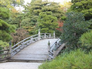 御池庭にかかる欅橋(けやきばし)