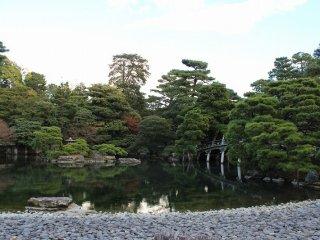 御池庭は池を中心とした回遊式庭園である
