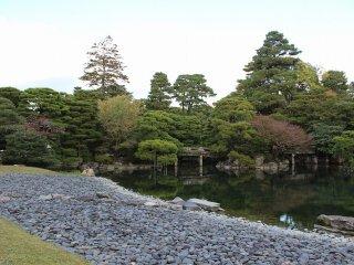 御池庭の前面は州浜で、池の向こう岸に木々を配し、欅橋を掛けて、さまざまな景色を楽しめるように設計された見事な庭である