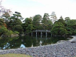御池庭と欅橋全景