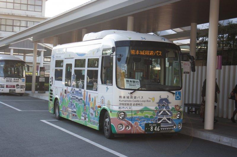 <p>Kumamoto Castle Loop Bus (Shiromegurin) ที่จะทำให้เราเที่ยวคุมาโมโต้ได้ง่ายๆ&nbsp;</p>