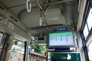 ภายใน Kumamoto Castle Loop Bus (Shiromegurin) มีจอขนาดใหญ่คอยบอกรายละเอียดต่างๆ ชัดเจน และมีเสียงประกาศด้วย โดยจะมีการแจ้งสถานทีที่จะจอดล่วงหน้าสามป้าย และสถานีถัดไปด้วย