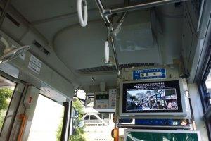 สิ่งที่ดีอีกอย่างของKumamoto Castle Loop Bus (Shiromegurin) นั้นก็คือเวลาจะจอดยังป้ายต่างๆ จะมีภาพพร้อมรายละเอียดเล็กๆ ของสถานที่ท่องเที่ยวสำคัญๆ ตลอดจนร้านอร่อยท้องถิ่นเลื่องชื่อ แสดงบนหน้าจอด้วย