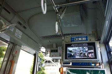 <p>สิ่งที่ดีอีกอย่างของ&nbsp;Kumamoto Castle Loop Bus (Shiromegurin) นั้นก็คือเวลาจะจอดยังป้ายต่างๆ จะมีภาพพร้อมรายละเอียดเล็กๆ ของสถานที่ท่องเที่ยวสำคัญๆ ตลอดจนร้านอร่อยท้องถิ่นเลื่องชื่อ แสดงบนหน้าจอด้วย</p>