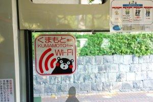 ป้ายประชาสัมพันธ์บริการ Free Wi-Fi ในบริเวณเมืองคุมาโมโต้เป็นรูปหมีคุมามงที่ออกแบบได้น่ารักน่าใช้มาก