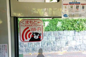 <p>ป้ายประชาสัมพันธ์บริการ Free Wi-Fi ในบริเวณเมืองคุมาโมโต้เป็นรูปหมีคุมามงที่ออกแบบได้น่ารักน่าใช้มาก</p>