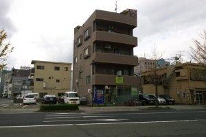 ตัวตึกของ Green Guesthouse Kagoshima ที่พักสะอาด สบาย ในราคาประหยัด