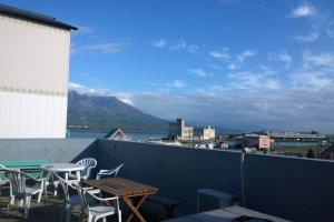 นี่แหละคือสิ่งที่สุดยอดอย่างหนึ่งของGreen Guesthouse Kagoshima ซึ่งนี่เป็นชั้นดาดฟ้าเปิดโล่งซึ่งในวันฟ้าใสเราจะเห็นวิวเมืองในมุมสูงพร้อมภูเขาไฟซากุระจิม่าอย่างยิ่งใหญ่งดงาม เป็นจุดชมวิวและนั่งพักผ่อนที่ยอดเยี่ยมทีเดียว