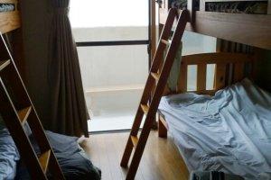 ห้องนอนรวมแบบ Dormitory ที่ให้บริการเตียงสองชั้น และแยกห้องชายหญิง