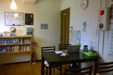 <p>บริเวณชั้น 3 ซึ่งเป็นห้องนั่งเล่น ห้องทานอาหาร และครัวเล็กๆ ไปในตัว</p>