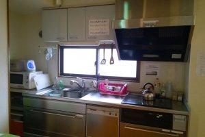 ครัวเล็กๆ บนชั้น 3 ที่มีอุปกรณ์พร้อมสรรพสำหรับทำครัวไว้ให้บริการ