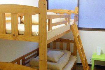<p>เตียงสองชั้นสะอาดๆ ไว้บริการภายในห้องนอนรวม Dormitory</p>