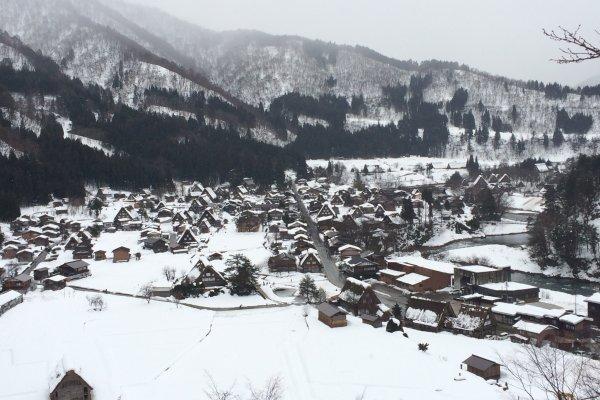 Pemandangan Shirakawago dari atas bukit