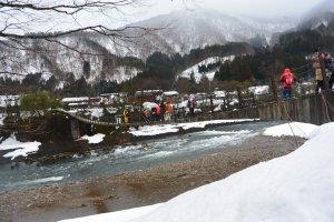 Jembatan menuju Shirakawago