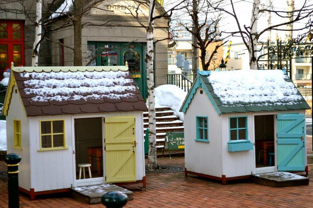 파크에서 처음으로 본 것은 귀엽게 지어진 노랑, 분홍, 그리고 파란 집들. 잠깐 들어가서 정말 작은 가구들의 사진을 찍을 수 있었다. 아이들에게는 최고의 숨는 장소가 될 듯!