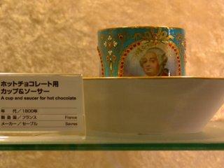 갤러리에 장식되어 있던 많은 자기 공예 중 하나.