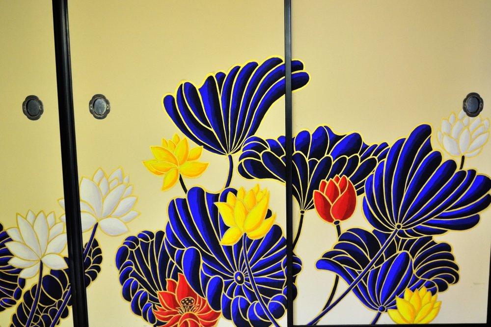 華頂殿(かちょうでん)の客殿 木村英輝氏奉納の、蓮の襖絵が見事だ