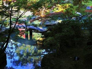 龍心池に渡してある半円形の反りの美しい石橋を跨龍橋と呼ぶ
