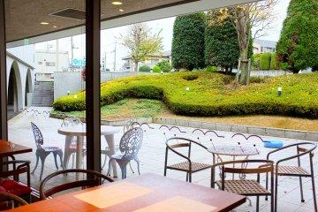 <p>Si te sientas junto a la ventana, puedes &nbsp;disfrutar una vista hacia un jard&iacute;n</p>