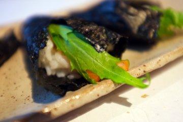 <p>El temaki se sirve con hojas frescas de mizuna</p>