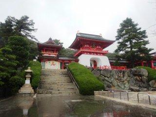 Đền Akama nằm trên ngọn đồi dọc theo hồ nước