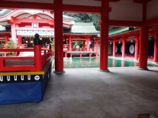 Tidak seperti kuil lainnya, kolam memisahkan area pemujaan menjadi tempat pengunjung dan tempat doa