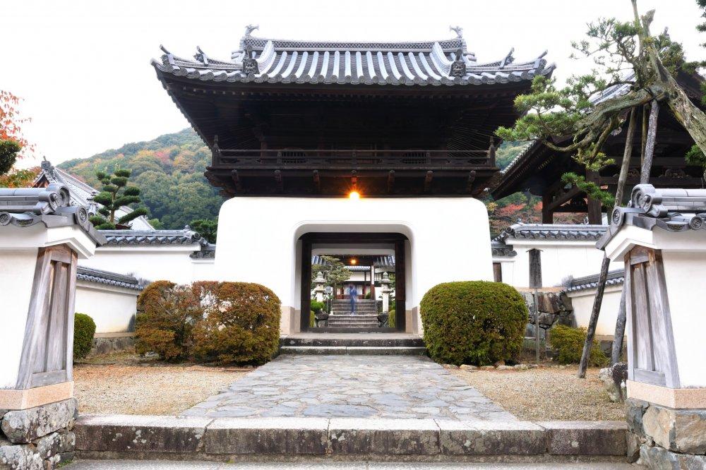 興聖寺の三門、この竜宮造りの白壁が特徴