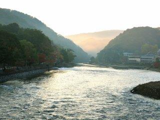 宇治川の上流の朝霧に朝陽が射しだした