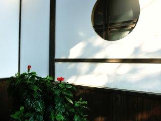 白壁に丸窓の飾りが美しい!