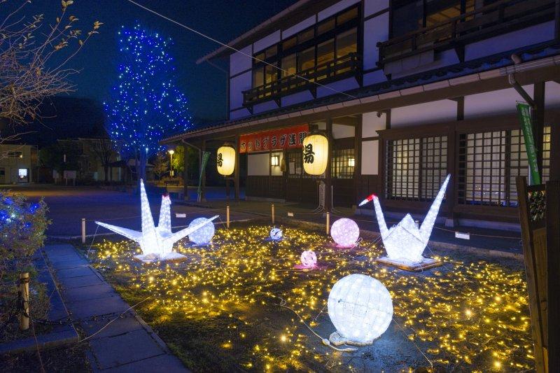 Иллюминация в японском стиле, выполненная в виде оригами и тэмари, которыми играли в замках в период Эдо
