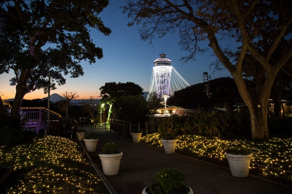Vue sur la tour, appelée Sea Candle (bougie de la mer). Au loin, on peut apercevoir le mont Fuji