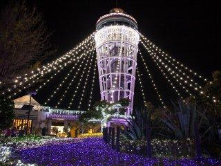 La tour, vue de plus près, avec ses guirlandes illuminées