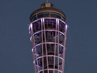 La tour d'Enoshima (qui fait également fonction de phare) avant d'être illuminée de guirlandes
