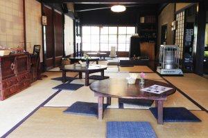 Les pièces en tatami du café me rappellent vaguement une maison de campagne