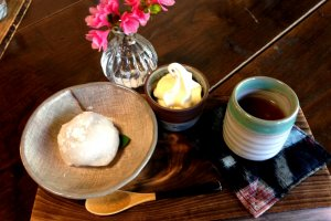 Retour en arrière dans ce café et galerie aux allures de ferme de campagne avec ce plateau composé d'une gelée de café et d'un daifuku aux haricots rouges (520¥).