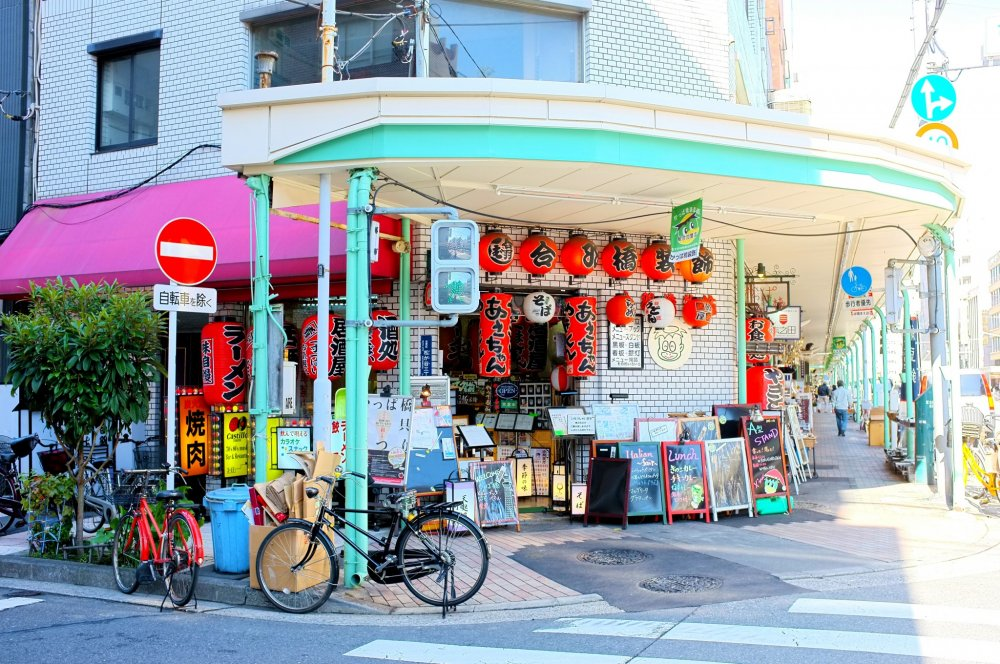 Toko yang menjual lentera dan papan-papan penanda untuk restoran