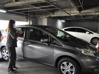 Trước khi đi, nhân viên sẽ kiểm tra bất kỳ hư hỏng nào đã có từ trước trên xe và bạn sẽ ký một giấy khước từ. Hãy chắc chắn kiểm tra để chắc chắn rằng bất kỳ vết xước hoặc vết lõm bạn có thể tìm thấy trên xe được thể hiện trong các thủ tục giấy tờ.