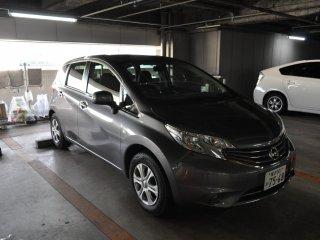 Đã đến lúc lái xe! Tôi có một chiếc Nissan Note mới sáng bóng, có lượng xăng tuyệt vời - một chuyến đi khứ hồi từ Shin Yokohama đến Tochigi chỉ mất 1/4 bình xăng.