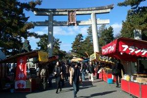 gerbang utama Kitano Tenmangu dikelilingi para pedagang