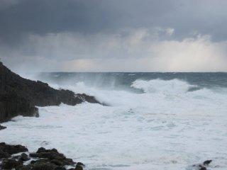 北西の季節風にあおられた大波が岩肌を激しくたたく