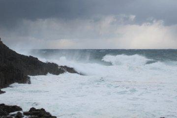 북서쪽 계절풍에 몰아친 파도가 바위 표면들을 세게 때린다