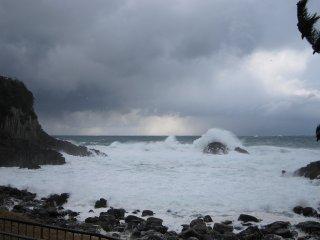 冬の時季は概ねこのような荒れた海が多い