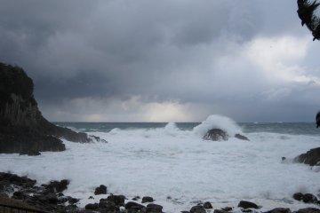 겨울철에는 대개 이런 거친 바다가 많다