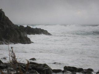 このような激しい波が気温の低い日と重なると波の花が発生する